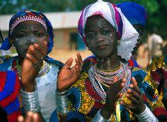 Imagen de  joven africana con su vestimenta tradicional.