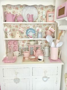 Shabby Chic Pink Paint Styles and Decors to Apply in Your Home – Shabby Chic Home Interiors Cozinha Shabby Chic, Estilo Shabby Chic, Shabby Chic Pink, Shabby Chic Kitchen, Shabby Chic Homes, Kitchen Decor, Bistro Kitchen, Coffee Nook, Coffee Cups