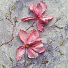 ☺Всем цветочный приветик! После последней картины с пионами я месяц не держала в руках мастихин - взяла себе небольшую паузу, переключилась на любимую акварель. И, конечно, за это время успела соскучиться по скульптурной живописи. Тем радостнее снова вернуться к этой технике! Впереди заказ на часы, а сейчас появились вот такие цветы а-ля магнолия ⠀ #art_grigorevih #sculpturepainting #скульптурнаяживопись