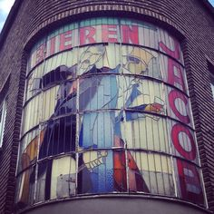 glasraam van de oude Brouwerij Jacobs in de Goswin de Stassartstraat in Mechelen