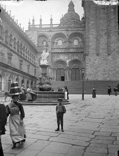 Praza das Praterías (Santiago de Compostela). Autor: Joaquim Morelló i Nart (1858-1926). Fotografía sacada do AFCEC. Pilgrimage, Matilda, Barcelona, Taj Mahal, Louvre, Exterior, Black And White, Building, Lofts