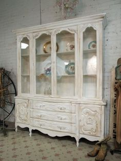 So pretty.  I would love to dress up my bookcases in the main hall to be more elegant.