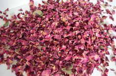 Séché de pétale de Rose Confetti en rouge pour remplir des cônes, des sachets, des seaux et des paniers pour donner à vos invités pour cette photo magnifique de confettis. Sil vous plaît voir ma boutique pour les cônes, des sachets et des seaux. Fait aussi des confettis de table excellente.  Les pétales sont naturels et séchés à lair avec pas ajouté de la couleur. La plupart des sites ne vous demandera ce genre de confettis naturel, pourquoi jeter la litière lorsque vous pouvez jeter ces…