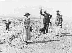 Flinders Petrie undertook the earliest excavation of a royal workmen's town, Kahun (1914)