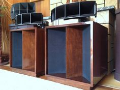 Klipsch La Scala Not quite. At best these are modified quite a bit. Never seen La Scalas that look like this. Klipsch Speakers, Hi Fi System, Monitor Speakers, Speaker Design, High End Audio, Speaker System, Loudspeaker, Audiophile, Horns