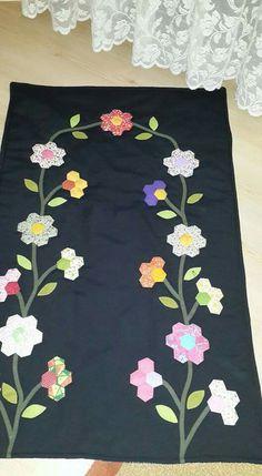 En Beğenilen Seccade Modelleri - Yarn Tutorial and Ideas Clamshell Quilt, Hexagon Quilt, Quilt Block Patterns, Applique Patterns, Felt Crafts, Crafts To Make, Prayer Rug, Blue Quilts, English Paper Piecing