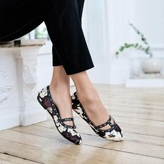 The floral print that's always in season now comes in a studded flat! This flat has the same great fit as your Felicity Flat