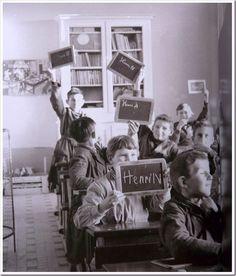 at school ___ L'école d'antan . Qu est ce qu on a pu la lever cette ardoise ! School Fees, Public School, Back To School, Robert Doisneau, Old School House, Images Vintage, Rich Family, French Classroom, Old Paris