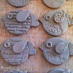 Cute Clay birds by So BaiClay birdies inspiration - maybe make from paper clay (or Fimo) and use embossing folders and stamps to make impressions.These could become fridge magnets. Make them with Fimo or clay and then fire *but you need a ceramic ove Kids Clay, Play Clay, Clay Projects For Kids, Art Projects, Clay Birds, Pottery Classes, Ceramics Projects, Clay Ornaments, Paperclay