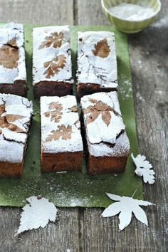 Herbst Kuchen backen l Autumn baking idea: place leaves of different shapes on top of brownies and dust with powdered sugar to create a fallen leaf pattern. Just Desserts, Dessert Recipes, Cupcake Cakes, Cupcakes, Fall Baking, Food Presentation, Fall Recipes, Eat Cake, Cake Decorating