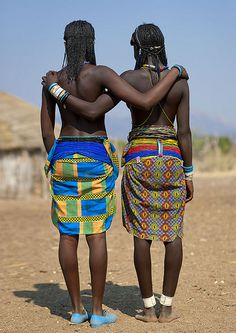 Show us our butts! Mucawana tribe - Angola © Eric Lafforgue