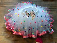 Cup Cake Tutu/ Sprinkle Tutu Cake/ Pom Pom Tutu/ Shopkins Cup Cake Tutu/ Sprinkle Tutu Cake/ Pom Pom Tutu Description: White tulle, pink and light blu. Baby Girl Dresses, Baby Dress, Baby Skirt, Girls Pageant Dresses, Princess Dresses, Baby Girls, Tutu Diy, Diy Tutu Skirt, Tutu Skirts