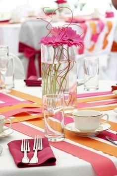 Moderne Hochzeitsdeko in orange und pink.