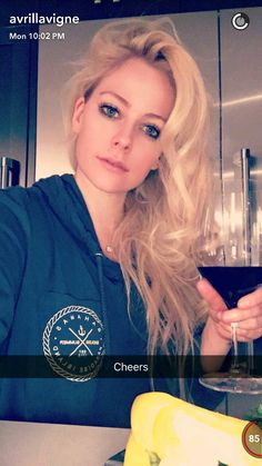 Avril Lavigne looks beautiful in her snaps... love her!