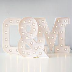 letras y símbolos luminosos