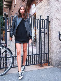 Columbine Smille in leather jacket & converse chucks #style #fashion #sneakers