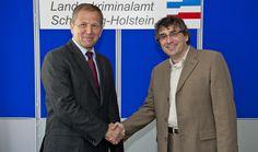 Mit einem kräftigen Händedruck besiegeln LKA Direktor Thorsten Kramer (l.) und Prof. Dr. Klaus Lebert, Dekan des Fachbereichs Informatik und Elektrotechnik an der FH Kiel, die Kooperation.