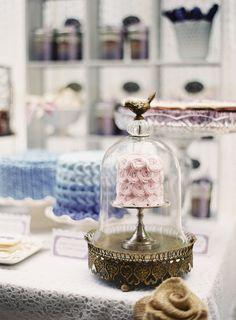 Ideas para bodas: Sweet table - Candy Bar // Wedding ideas: Sweet table - Candy bar:  Ohhh! hermosa cúpula vintage para decorar un chic candy bar  #bodachic