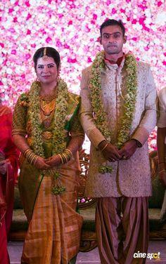 Unique &Trending Varmala Designs for upcoming Wedding Season Indian Wedding Flowers, Flower Garland Wedding, Flower Garlands, Indian Bridal, Wedding Garlands, Floral Garland, Wedding Colors, Wedding Hall Decorations, Candle Wedding Centerpieces