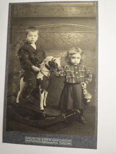 2 Kinder mit Schaukelpferd - Junge & Mädchen - Kulisse / KAB in Antiquitäten & Kunst, Fotografie & Fotokunst, Vor 1940 | eBay