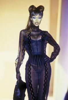 Easily Embarrassed — modely-way: Thierry Mugler 1998 Haute Couture. Image Fashion, 90s Fashion, Runway Fashion, High Fashion, Fashion Show, Fashion Looks, Fashion Outfits, Womens Fashion, Fashion Design