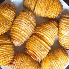 Hasselback aardappelen (Hasselbacks Potatis) zijn de perfecte combinatie tussen gekookte en gebakken aardappelen. Zacht van binnen, crispy van buiten. Dit aardappeltje vindt zijn oorsprongin het Zweedse restaurant Hasselbacken in Stockholm en was in de jaren zeventig en tachtig zeer populair in Scandinavië. De waaiervorm ziet er niet alleen mooi uit, maar is ook best eenvoudig …