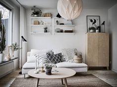 Vanha 1960-luvun talo saattelee tähän tunnelmalliseen kaksikerroksiseen rivitaloasuntoon, jossa yhdistyvät vintage henkiset yksityiskohdat ja sisustamisen modernit tuulet. Pintoja hallitsevan valkoisen rinnalle on tuotu ihania yksityiskohtia, jotka samalla antavat asunnolle sen persoonallisen ilmeen. Asuntoa myy Stadshem. Marokkohenkinen lattialaatta keittiössä ja ruokailutilassa luovat tilaan mielenkiintoista tunnelmaa. Ikean bambusta valmistettu Sinnerlig riippuvalaisin ruokapöydän yllä…
