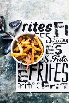 pommes frites frittes potatoes sticks food style urban look great unique font industrial feeling and emotion, sophie dupuis Food Photography Styling, Food Styling, Food Design, Burger, Food For Thought, Food Inspiration, Love Food, Great Recipes, Gastronomia