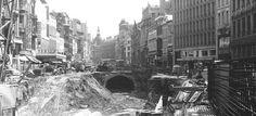 """De Meir te Antwerpen, 1970, opgebroken vanwege de aanleg van de metro. In het gebouw waar voorheen de warenhuizen """"Innovation"""" en """"la Bourse"""" gevestigd waren, zit in 1970 het confectiebedrijf """"Texter"""". Iets meer vooraan op de foto schoenwinkel """"Andre"""" en de dameskledingszaak """"Manfield"""""""
