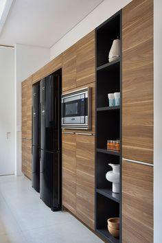 Decoração de apartamento. Na cozinha, revestimento de madeira, armário de madeira, nicho preto com utensílios. #decoracao #decor #details #casadevalentina