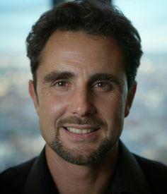Hervé Falciani 2014 cropped - エルベ・ファルチアニ -モンテカルロ生まれ。1990年代、モナコのカジノで働き始めた。2000年、世界最大規模の金融グループHSBCホールディングスのIT担当となり、2006年、プライベート・バンキング部門(en:HSBC Private Bank、本社ジュネーヴ)へ異動。暗号化された顧客情報の巨大なデータベースへアクセスできるようになり、2007年には12万人以上の顧客の一覧表を揃えた[1]。多数のファイルをフランス政府当局に提出、提出されたファイルは脱税の摘発のために活用され、のち他国の政府とも共有された。エルベ・ファルチアーニはスイスの銀行員であった。  数年前、彼は彼の勤めるHSBCという銀行の預金者名簿を盗み出して、話題になった。 彼によると、フランス人などの金持ちの資産隠しにこの銀行の口座が使われていることに気付き、これらの不正を明らかにするために行った行為だと言っている。
