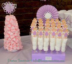 Centro de mesa de masmelos y pinchos de masmelos con topper de ángel