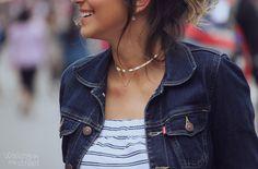jumpsuit, stripes, macacão listrado, jaqueta jeans, denim jacket, chocker // @walkingotstreet
