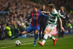 Barcelona's Spanish midfielder Sergi Roberto (L) tries to hold off Celtic's Scottish midfielder James Forrest (R) during the UEFA Champions League group C football match between Celtic and Barcelona at Celtic Park in Glasgow on November 23, 2016. / AFP / Paul ELLIS