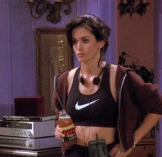 Controversial Opinion: Monica Was The Best-Dressed Character On 'Friends' Rachel Green might have been more beloved, but we firmly believe that Monica Geller (Courteney Cox) was the best dressed character on 'Friends. Friends Tv Show, Friends Mode, Tv: Friends, Serie Friends, Friends Moments, Monica Friends, Rachel Friends, Diy Outfits, Friend Outfits