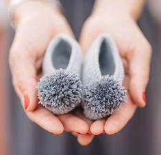 Pom Pom New Born Shoes - Salvabrani Knit Baby Shoes, Crochet Baby Boots, Knit Baby Booties, Baby Girl Crochet, Crochet Shoes, Crochet Slippers, Booties Crochet, Diy Crafts Knitting, Knitting For Kids