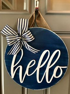 Ideas Round Door Hangers Holidays For 2019 Front Door Signs, Front Door Decor, Wreaths For Front Door, Door Wreaths, Front Doors, Front Door Letters, Wood Crafts, Diy Crafts, Diy Wood