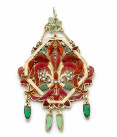 """Pendentif """"Fleur de lys"""" en argent doré émaillé réalisé vers 1890 par le Comte du Suau de la Croix."""