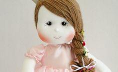 Bonequinha de pano feita à mão pela artesão e empresária Vanessa Alves, do ateliê Parece Gente (crédito da foto: reprodução Facebook Parece Gente)