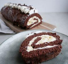 Chokoladeroulade med banan - bananroulade | Mummum.dk Soul Food, Tapas, Panna Cotta, Mango, Cheesecake, Deserts, Muffin, Baking, Breakfast