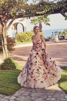 These are the fifty most beautiful wedding dresses with flowers of Fia . - These are the 50 most beautiful wedding dresses with flowers of Fiancee Weddings - Colored Wedding Gowns, Pretty Wedding Dresses, Celebrity Wedding Dresses, Wedding Dresses With Flowers, Amazing Wedding Dress, Bridal Dresses, Pretty Dresses, Dresses Dresses, Gown Wedding
