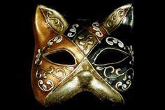 """GATTO, los gatos eran tan escasos que en venecia se convirtió en el tema de una de las más típicas máscaras. cuenta la leyenda que un hombre que no tenía nada más que su viejo gato llegó a venecia desde china. el gato libró al palacio de todos los ratones y el hombre se hizo rico. la máscara es de media cara, representa la cara de un gato como su nombre indica. se piensa que estas máscaras proceden de las gnaga, pues su nombre deriva del """"gnao"""" que hacen los gatos. solian usarla los…"""