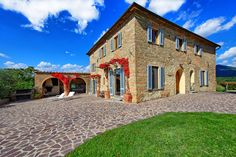 1152 Euros. Villa Vicchio. 8 beds 7 baths. Spacious and comfortable villa with swimming pool just a stone's throw from Vicchio, roughly 40km north of Florence. The town of Vicchio is the birthplace of Giotto, the famous 14th century painter and architect.