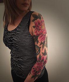 Free hand Botan peonies flower #peoniestattoo #japanesetattoos #inked #irezumitattoo #girltattoo #tattoogirls #girlswithtattoos #inkedgirls #inkedmag #inkedgirls #horiokami #vicenza #tattoo #tatuaggio #tatuaggiogiapponese #tattoolife #tattooedgirls #tattoomodel #tattoomagazine by horiokami