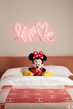 Artist Curtis Kulig's Love Me neon light hangs above the bed of Kourtney Kardashian's daughter Penelope. The hot pink installation, in the family's home in Calabasas, California, complements the warm tones of the Hermès throw blanket below. Architectural Digest, Casa Da Khloe Kardashian, Kardashian Jenner, Girl Room, Girls Bedroom, Bedroom 2017, Calabasas Homes, Neon Licht, Home Decoracion