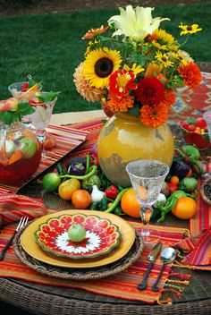 South of the Border flavor for Cinco de Mayo and a fiesta of food and flowers in… Mexican Table Setting, South Of The Border, Beautiful Table Settings, Mexican Party, Mexican Night, Fiesta Party, Taco Party, Deco Table, Holiday Tables