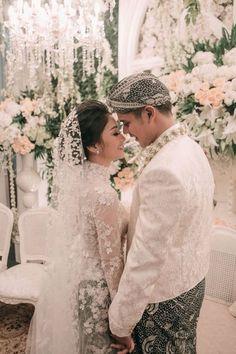 An Elegant Sundanese Ballroom Wedding With Muted Shades - 020 Malay Wedding Dress, Kebaya Wedding, Wedding Bridesmaid Dresses, Wedding Couple Poses, Wedding Couples, Indonesian Wedding, Foto Wedding, Akad Nikah, Ballroom Wedding
