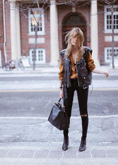look fácil de copiar inverno: calça skinny preta + camisa com cor + colete de couro + bota cano curto preta | @andwhatelse