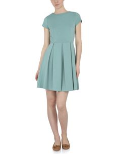 I like the colour in this dress. Simple but energetic and girly.