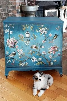 Don't toss your old furniture. Expert DIYer shares ways to turn old furniture into modern pieces - New ideas Decoupage Furniture, Hand Painted Furniture, Funky Furniture, Refurbished Furniture, Paint Furniture, Repurposed Furniture, Shabby Chic Furniture, Furniture Projects, Furniture Makeover